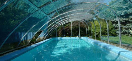 Скиммерный бассейн с отделкой из фарфора и противотоком.  Частный дом.